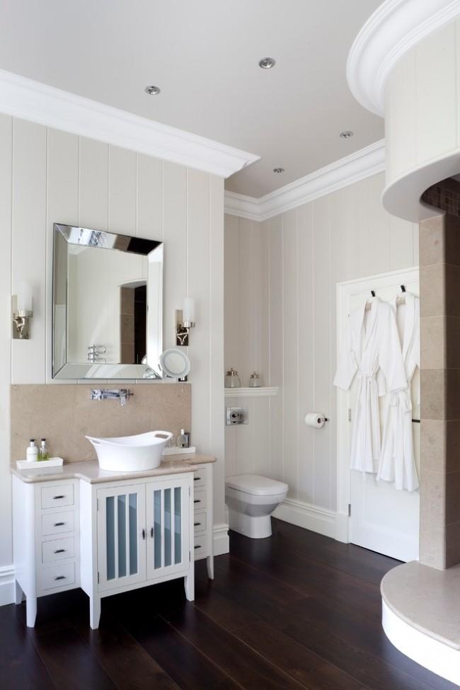 Panneaux en plastique dans une salle de bain classique