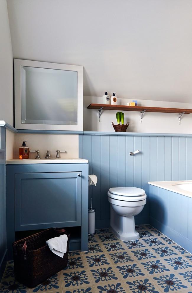 Panneaux en plastique bleu clair dans la décoration de la salle de bain