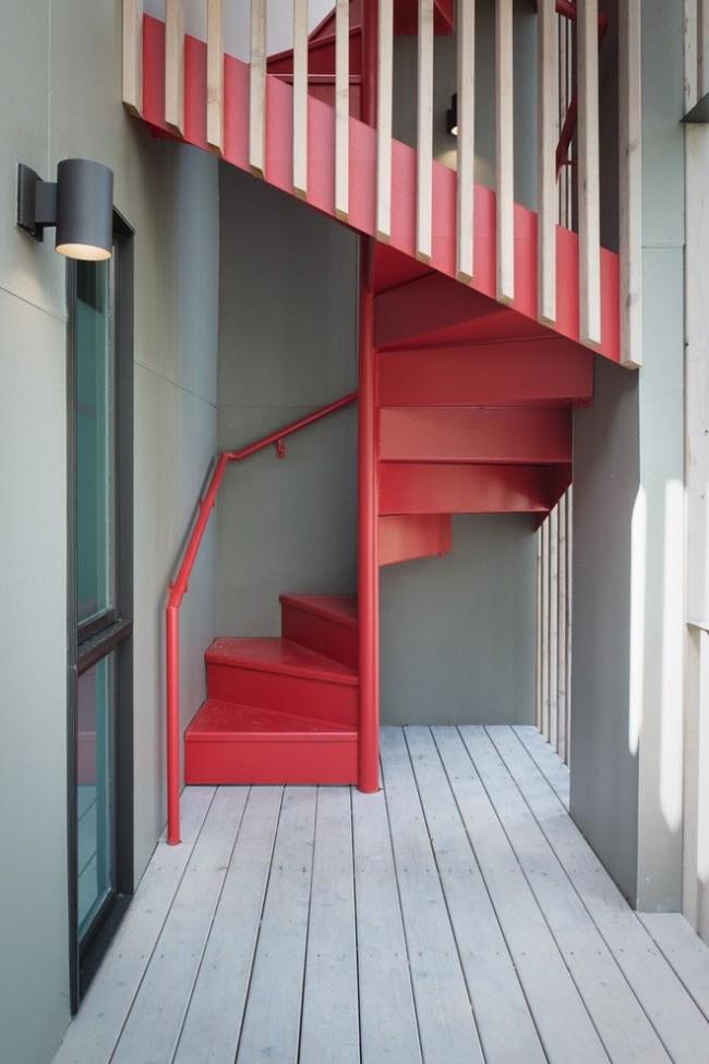 Escalier de style rétro lumineux et intéressant