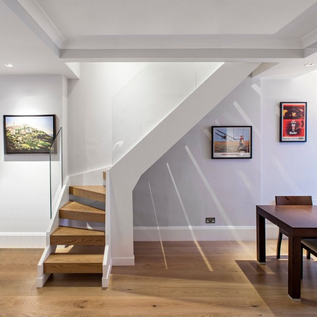 Escalier insolite avec garde-corps en verre dans un intérieur moderne
