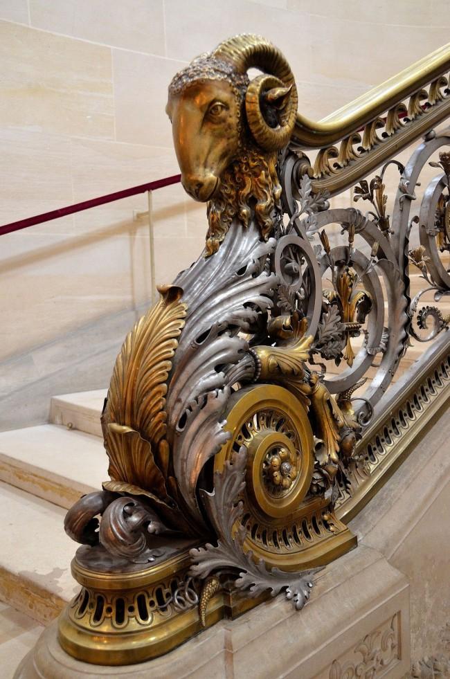 La balustrade forgée dans les escaliers obtiendra un charme supplémentaire si vous utilisez la finition sous forme d'or, d'argent ou de platine