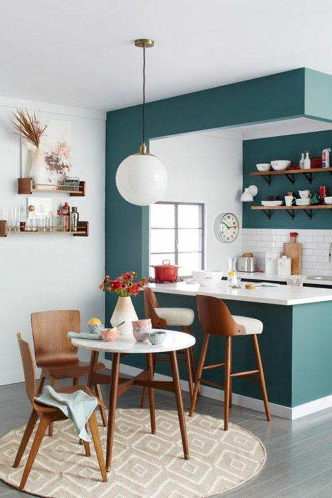 Les étagères dans une petite cuisine vous permettent d'utiliser efficacement l'espace