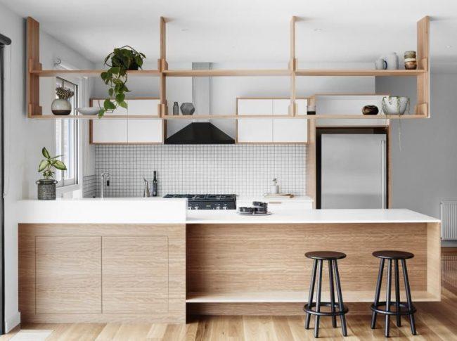 Placer des étagères au-dessus de la table à manger divise la cuisine en deux.