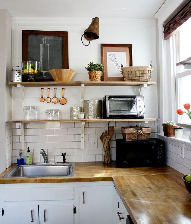 Installez des étagères ouvertes dans une petite cuisine et tout ce dont vous avez besoin sera toujours à portée de main