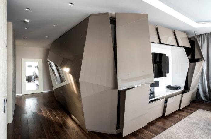 armoire de forme inhabituelle dans le salon