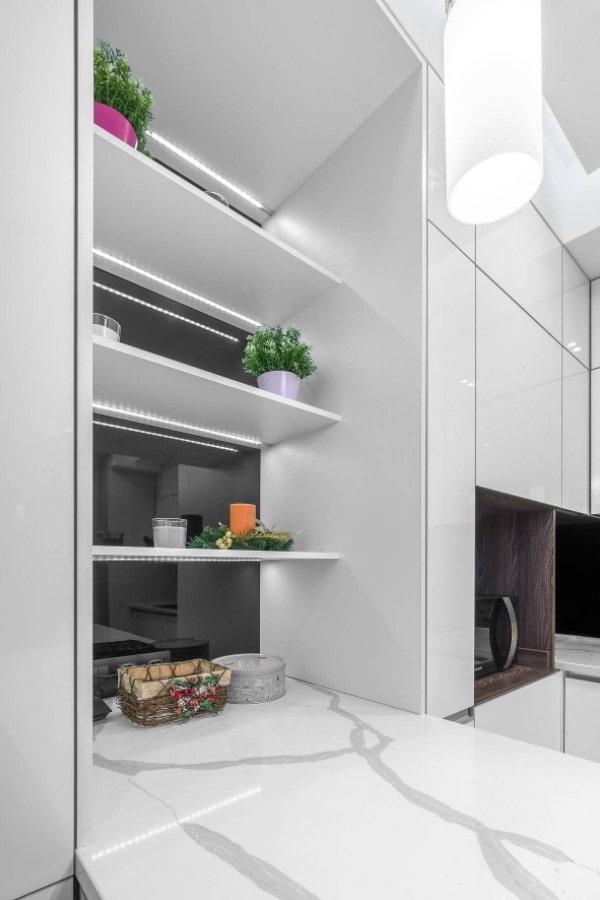 éclairage des étagères dans la cuisine