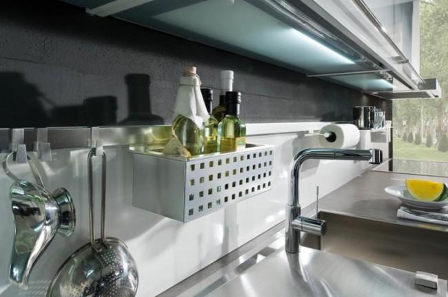 Un garde-corps en métal brossé à la jonction de deux couleurs d'un tablier de cuisine : original, soigné et très fonctionnel