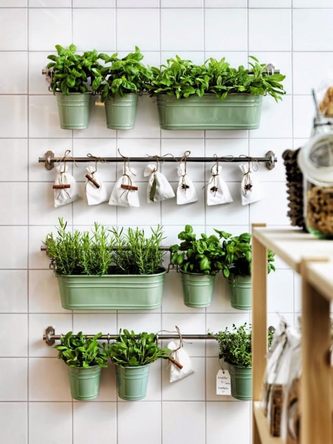 Les magasins d'accessoires de cuisine ont un grand choix d'une variété de conteneurs suspendus, de supports et de supports pour systèmes de garde-corps.