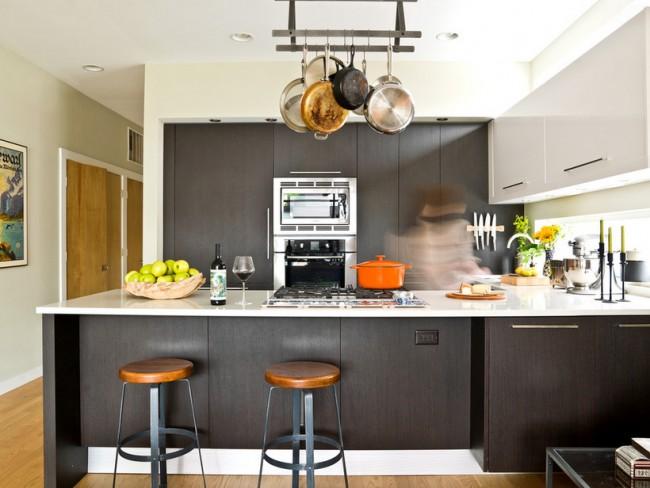Le système de garde-corps suspendu est très pratique dans les cuisines insulaires et au-dessus des comptoirs de bar