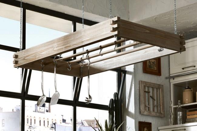 Garde-corps en bois suspendu à des chaînes : idéal pour les cuisines insulaires et les comptoirs de bar