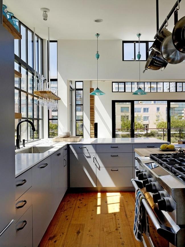 Rails de plafond en différents matériaux au-dessus du plan de travail et de l'îlot de cuisine