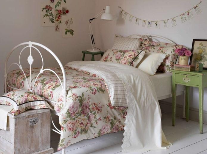 fleurs sur le linge de lit