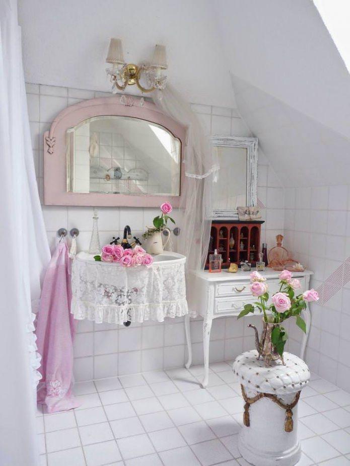 fleurs dans la salle de bain