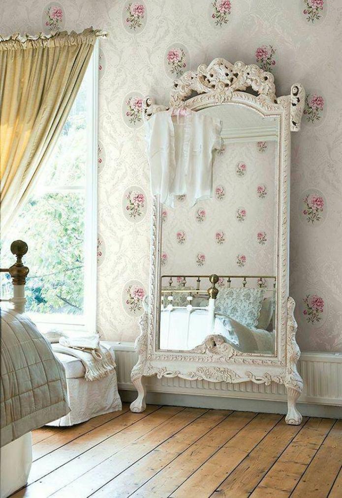 papier peint floral, miroir dans un beau cadre
