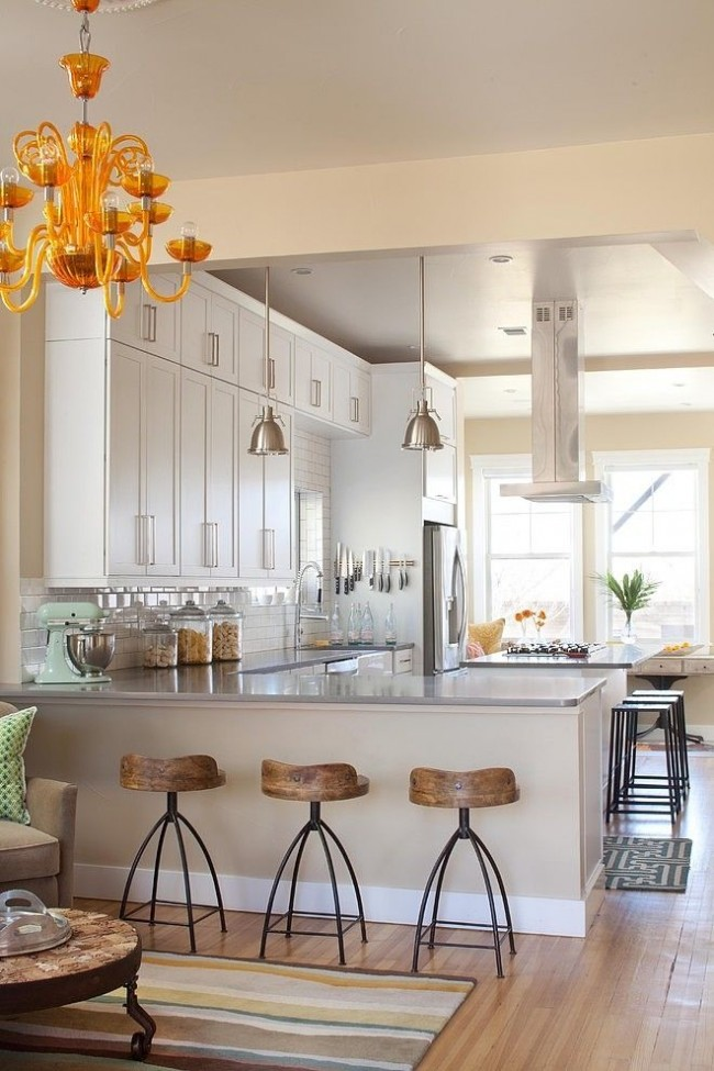 Pour une petite cuisine, un bar ne doit être prévu que s'il n'y a pas l'intention d'équiper ici une salle à manger à part entière.  Ce n'est qu'alors que la présence de cet élément devient vraiment nécessaire et utile.