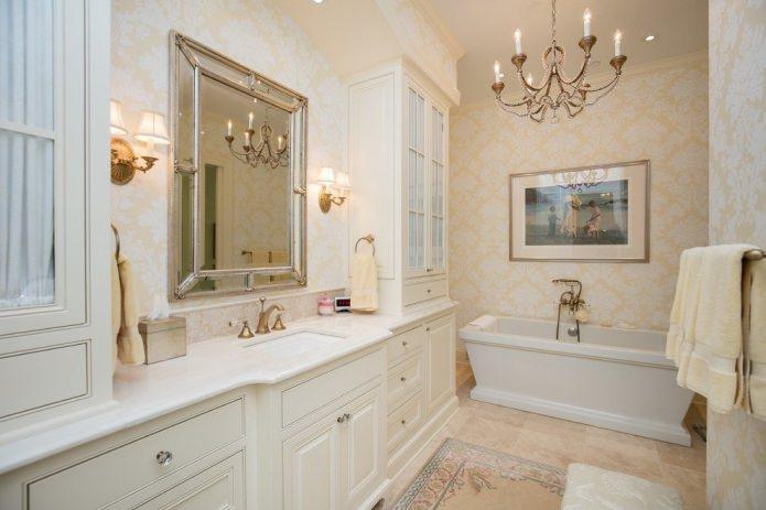 Papier peint beige à l'intérieur de la salle de bain