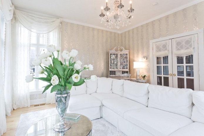 papier peint beige dans le salon avec un canapé blanc