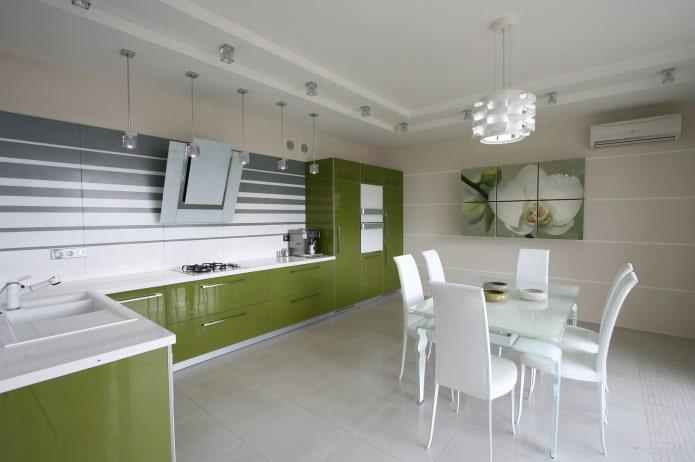 papier peint beige dans la cuisine avec un ensemble vert