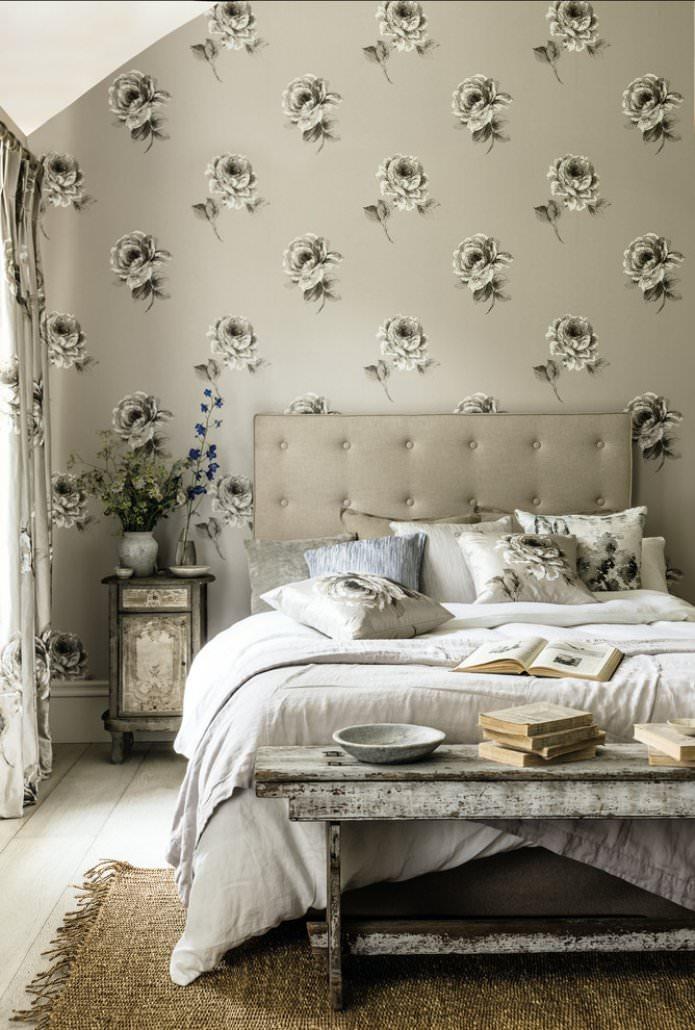 papier peint beige avec des fleurs dans la chambre