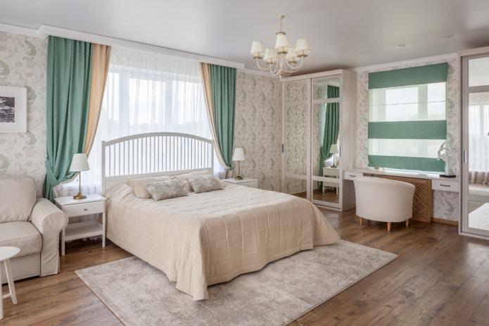 rideaux turquoise avec papier peint beige à l'intérieur de la chambre