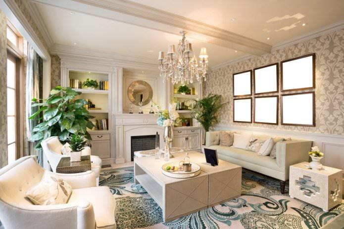 Papier peint beige à l'intérieur du salon dans un style classique
