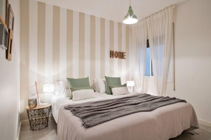 rideaux laiteux avec papier peint beige à l'intérieur de la chambre