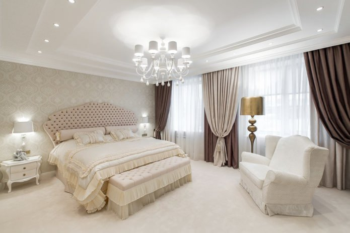 rideaux marron et beige avec papier peint beige à l'intérieur de la chambre