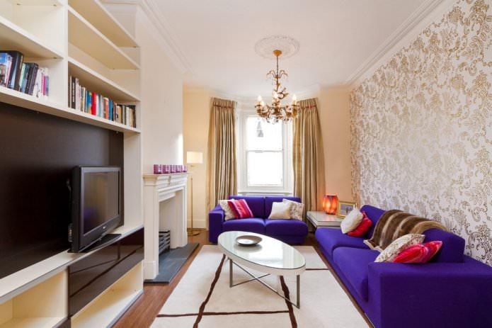 rideaux dorés avec papier peint beige à l'intérieur du salon