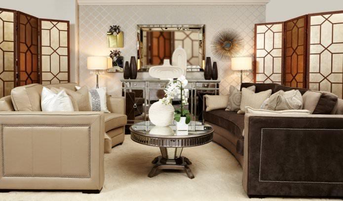 Papier peint beige avec un motif à l'intérieur du salon
