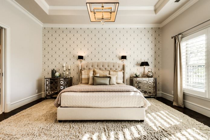 papier peint beige combiné dans la chambre
