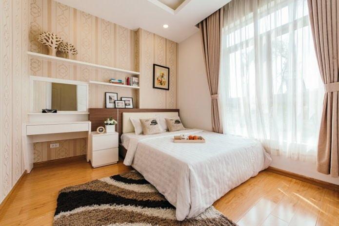 papier peint beige et or dans la chambre