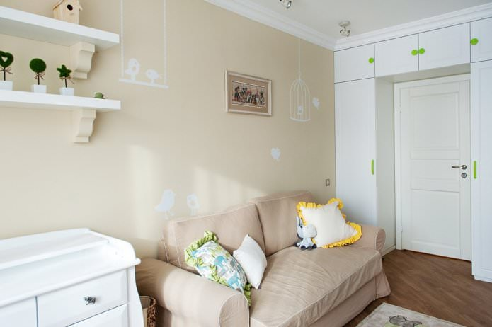 papier peint beige avec un motif dans la chambre de bébé