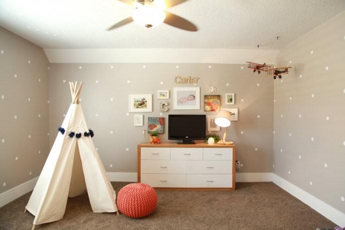 papier peint beige à pois dans la chambre de bébé