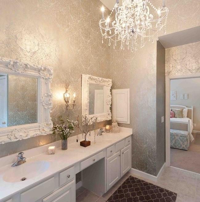 Les miroirs dans des cadres luxueux avec moulures en stuc ajouteront une touche de luxe et d'élégance à l'intérieur de la salle de bain des femmes