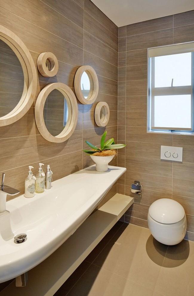 De nombreux miroirs dans des cadres intéressants - non seulement une solution confortable, mais aussi une décoration élégante de la salle de bain