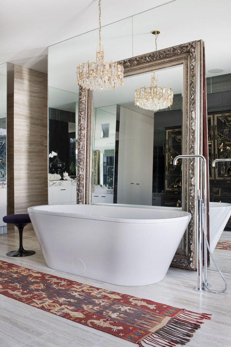 Le miroir mural et le miroir de sol sont une solution créative.  Vous pouvez profiter de votre reflet en prenant un bain