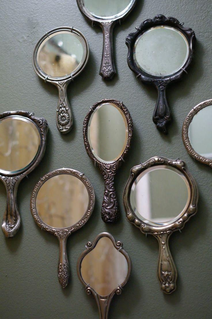 Collage de petits miroirs sur le mur de la salle de bain