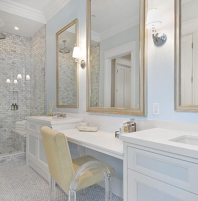 Il n'y a pas beaucoup de miroirs dans la salle de bain