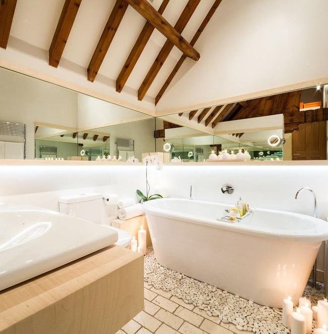 Les miroirs autour de la salle de bain créent un effet étonnant et rendent l'intérieur vraiment luxueux