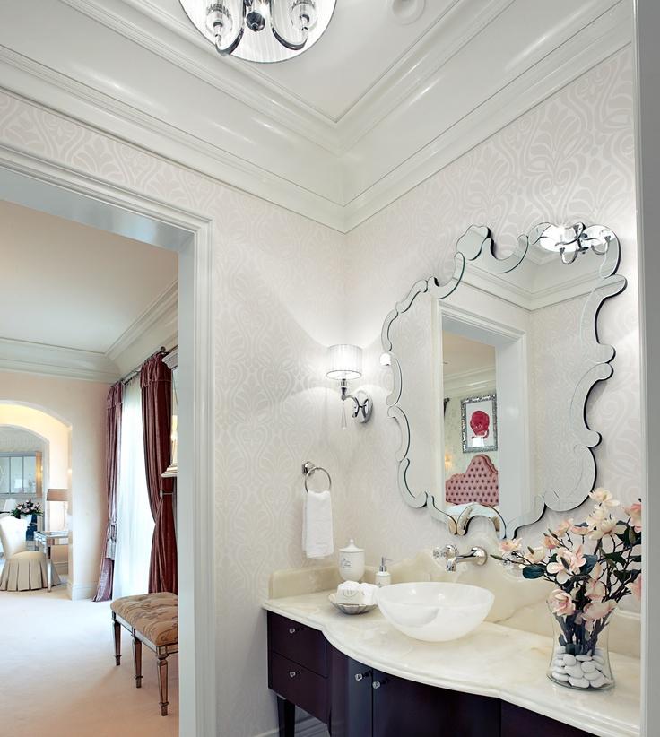 Le miroir peut devenir un bel élément à part entière de l'intérieur, sa décoration