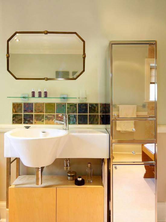 Armoire à miroir - non seulement pour ranger les articles de toilette, mais aussi un miroir pleine longueur