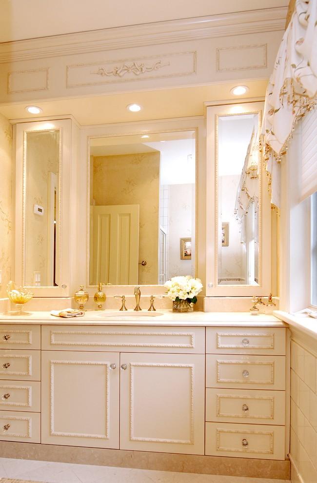 Les façades en miroir des armoires de la salle de bain augmentent visuellement sa surface