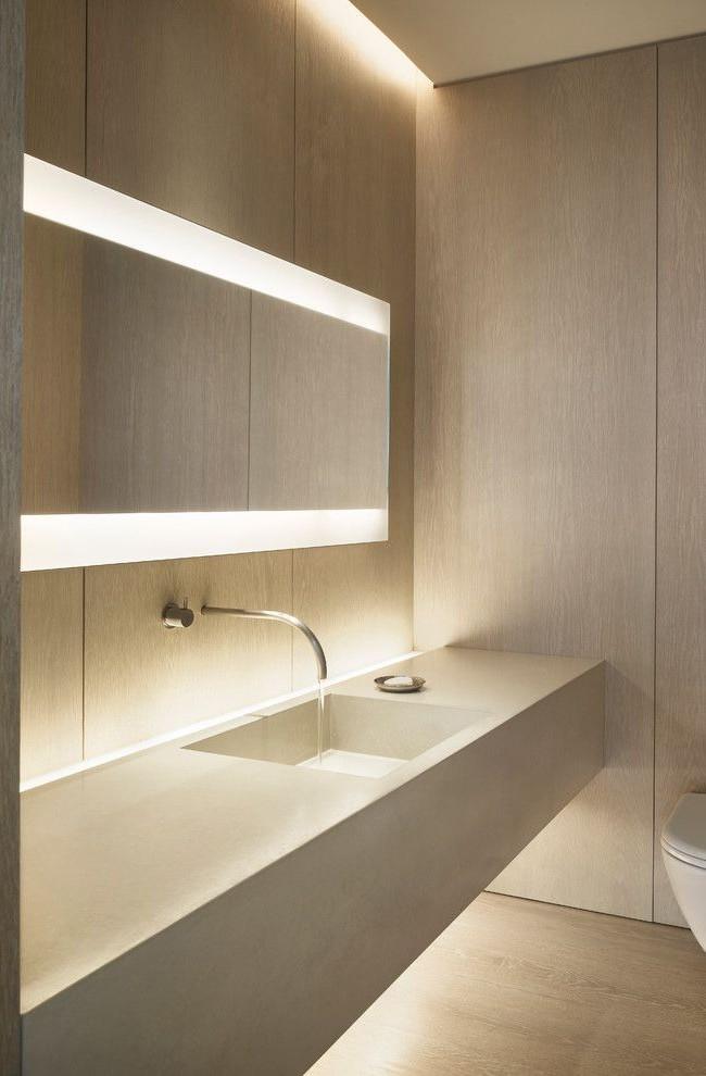 L'éclairage longitudinal sur un miroir large et étroit semble très sophistiqué