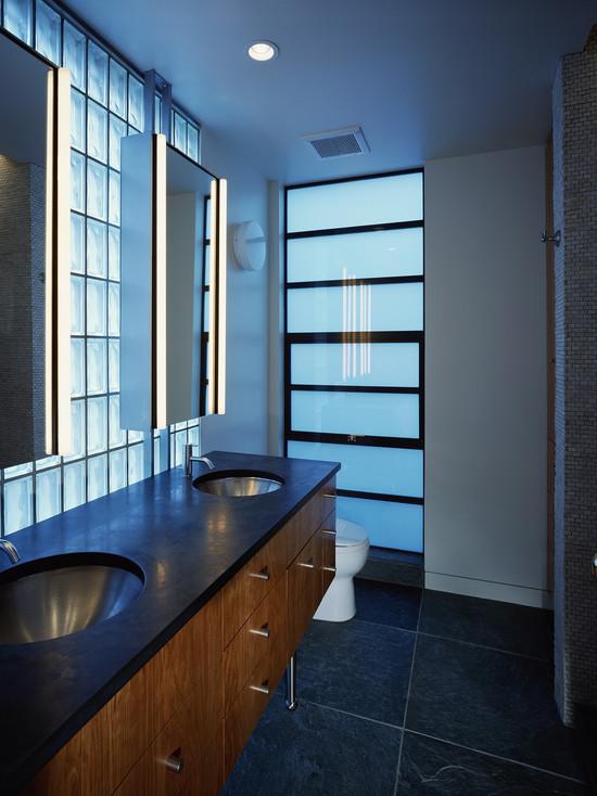 Un miroir luxueusement encadré transforme n'importe quelle salle de bain