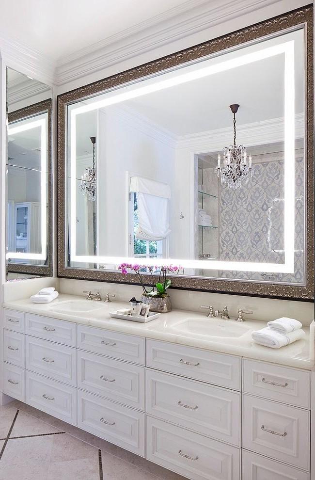 Grand miroir dans un cadre luxueux avec éclairage LED - élégant et très beau