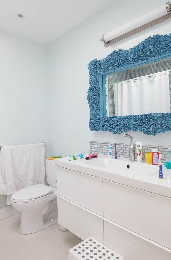 Cadre de miroir bleu inhabituel - un accent lumineux dans la salle de bain