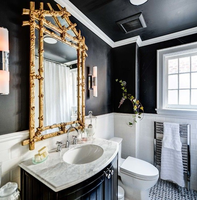 Le cadre massif de miroir doré rendra votre bain vraiment royal