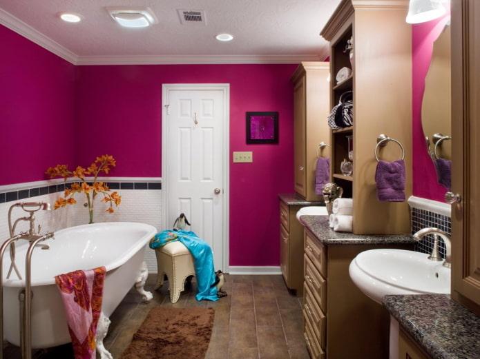 murs peints à l'intérieur de la salle de bain