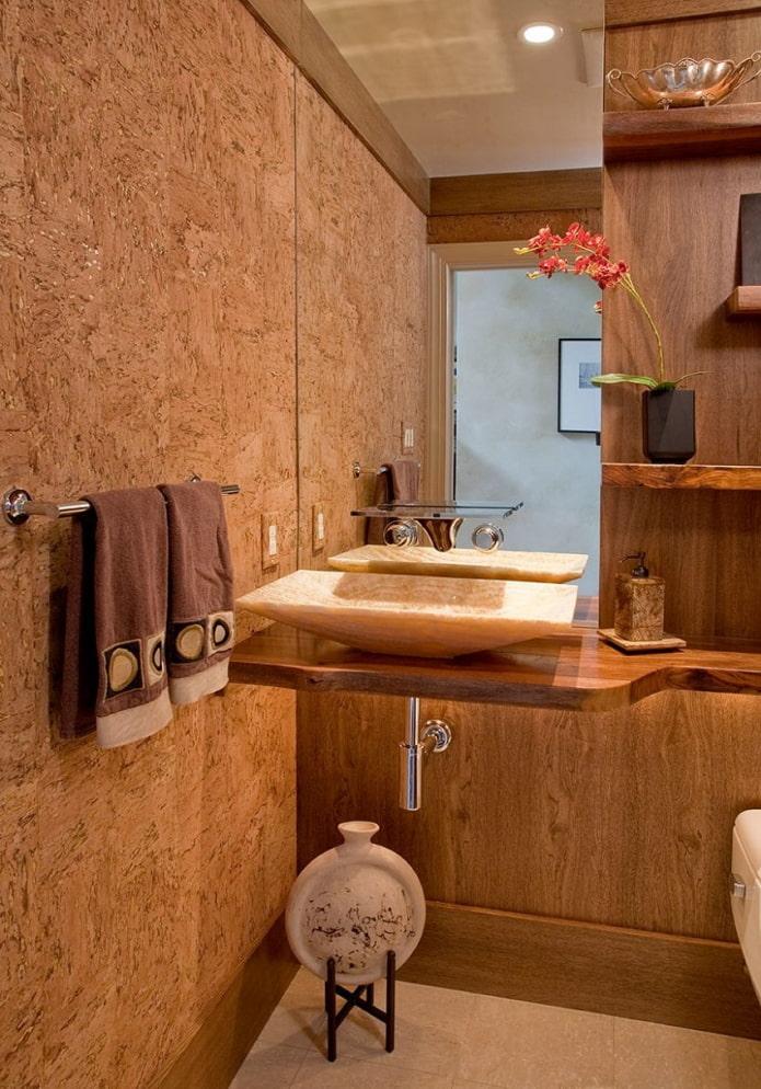 revêtement en liège sur le mur à l'intérieur de la salle de bain