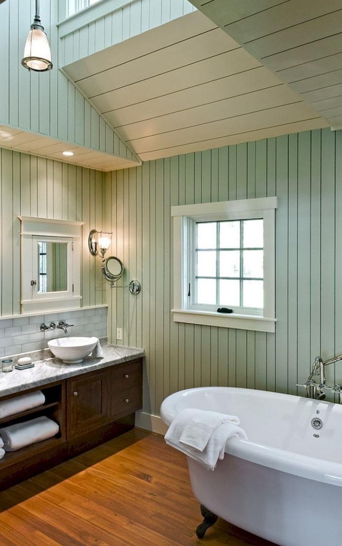 doublure sur les murs à l'intérieur de la salle de bain